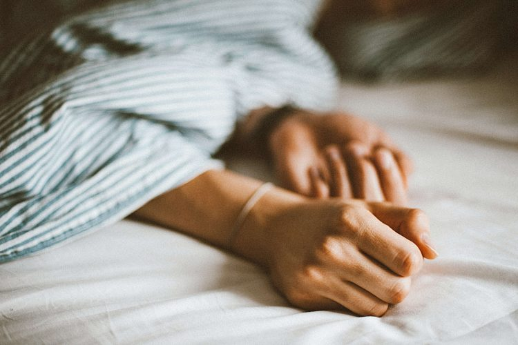 girl-hands-on-bed